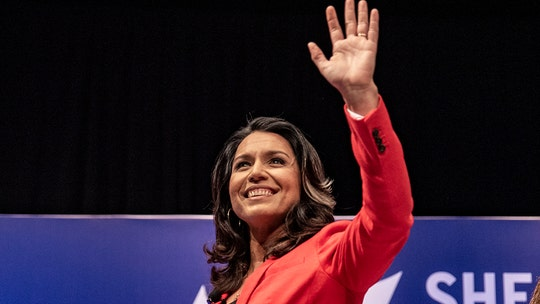 Tulsi Gabbard wins push-up contest at New Hampshire town hall