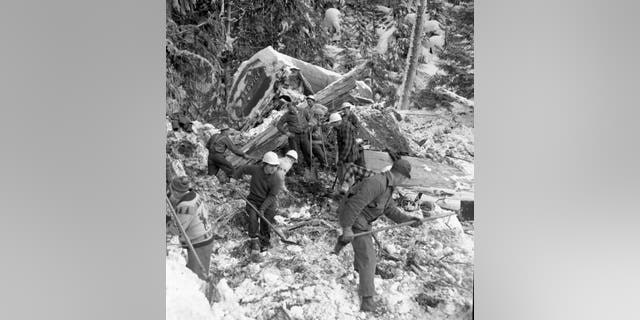 Workers, police, volunteers and Highways Department staff attempted to recover victims of the Hope Slide.(British Columbia Ministry of Transportation and Infrastructure)