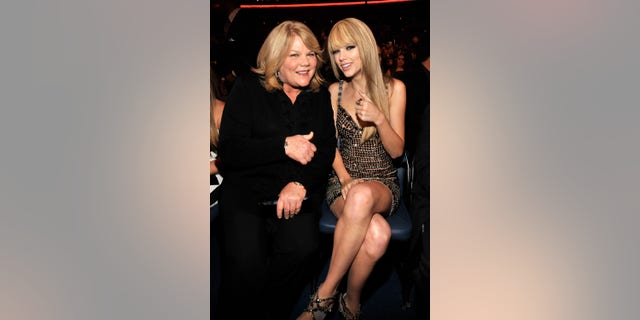 Andrea Swift, left, and Taylor Swift in the audience at the 2010 American Music Awards.