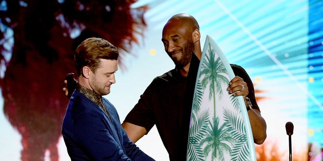 Justin Timberlake accepts the Decade Award from former NBA player Kobe Bryant during the 2016 Teen Choice Awards. (Photo by Kevin Winter/Getty Images)