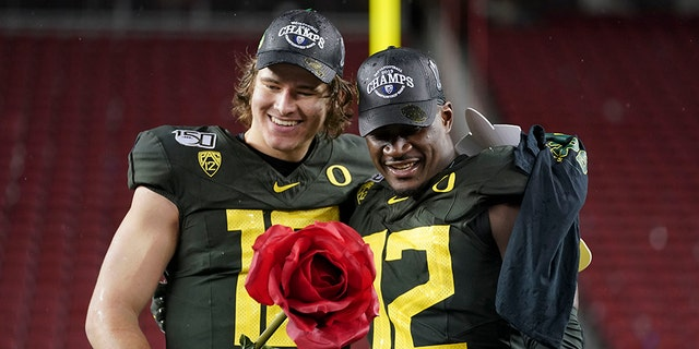 Oregon Ducks quarterback Justin Herbert (left) and linebacker La'Mar Winston Jr. (right) pose for a photo after the game against the Utah Utes at Levi's Stadium. (Kyle Terada-USA TODAY Sports)
