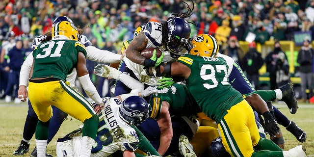 Seattle Seahawks' Marshawn Lynch runs for a touchdown during the second half of an NFL divisional playoff football game against the Green Bay Packers Sunday. (AP Photo/Matt Ludtke)