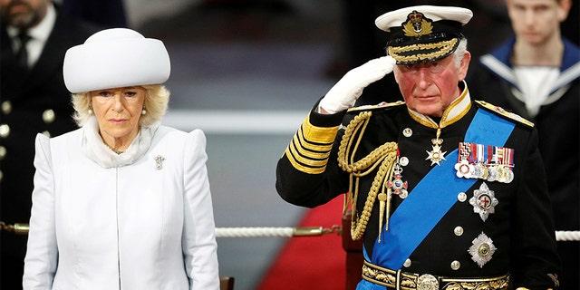 Die britische Camilla, Herzogin von Cornwall (L) und der britische Prinz Charles.