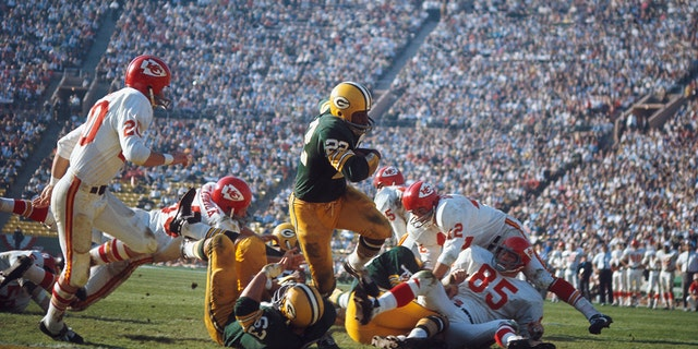 Green Bay Packers' Elijah Pitts runs with the ball against the Kansas City Chiefs at Memorial Coliseum on January 15, 1967 in Los Angeles, California. (Getty Images)