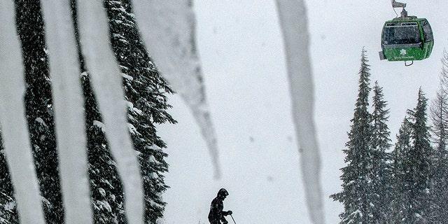 پرونده - در این عکس در پرونده 25 فوریه 2013 ، یک اسکی باز از شرایط برفی کوه سیلور در کلوگ ، آیداهو استفاده می کند.  اداره کلانتری شهرستان شوشونه روز سه شنبه ، 7 ژانویه 2020 اعلام کرد که گزارش هایی در مورد سه بهمن جداگانه در کوه دریافت کرده و سرویس های اضطراری در حال هماهنگی تلاش های نجات هستند.  (کتی پلونکا / مرور بلندگو از طریق AP)