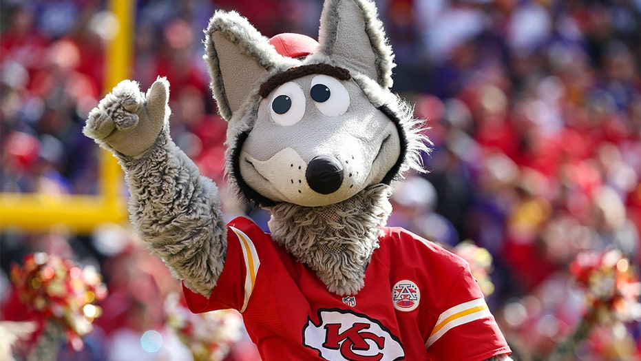 Kansas City Chiefs Mascot Bangs His Head In Frustration After Houston Texans Touchdown Fox News