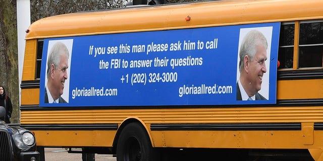 Một chiếc xe buýt trường học màu vàng với thông điệp dành cho Hoàng tử Andrew của Anh, từ luật sư Hoa Kỳ, bà Gloria Allred, lái xe dọc theo Trung tâm thương mại tới Cung điện Buckingham ở London Thứ Sáu ngày 21 tháng 2 năm 2020. (Associated Press)