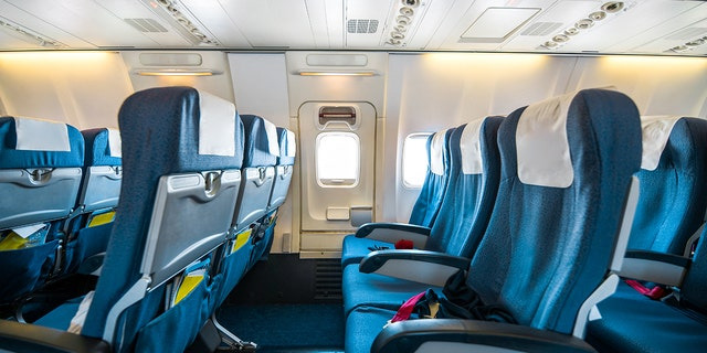 Blocking middle seats on planes reduces the risk of exposure to COVID-19, a new CDC report suggests. (iStock)