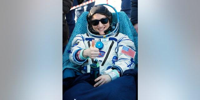 Phi hành gia Hoa Kỳ Christina Koch có cử chỉ ngay sau khi hạ cánh tàu vũ trụ Soyuz MS-13 của Nga cách thị trấn Zhezkazgan, Kazakhstan, Kazakhstan, Thứ Năm, ngày 6/2/2020.