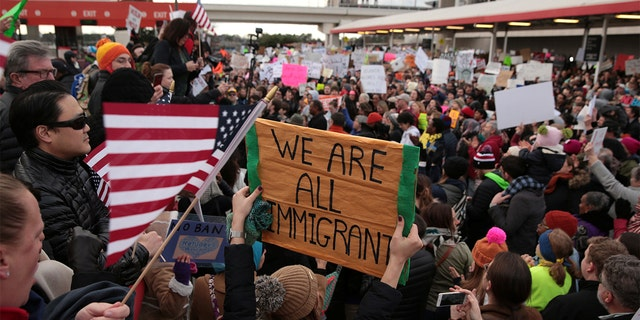 Des manifestants crient des slogans lors d'une manifestation contre l'interdiction de voyager contre Donald Trump à l'extérieur de l'aéroport international Hatfield-Jackson d'Atlanta à Atlanta. (REUTERS / Chris Aluka Berry)