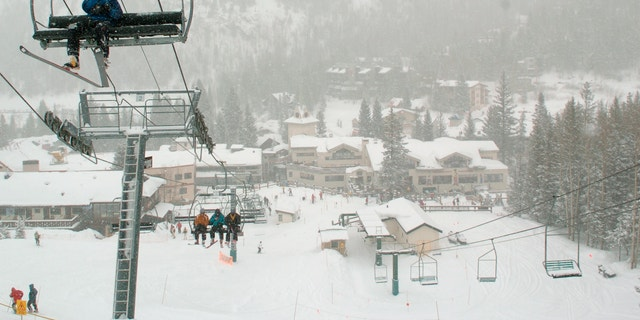 In this Feb. 21, 2008, 档案照片, skiers ride up Al's Run lift at the Taos Ski Valley, in Taos County, N.M. Some resorts are closing enclosed gondolas or aerial trams while others are encouraging skiers to ride lifts with only people they know as they adhere to social distancing guidelines. (AP Photo/Albuquerque Journal, 文件)