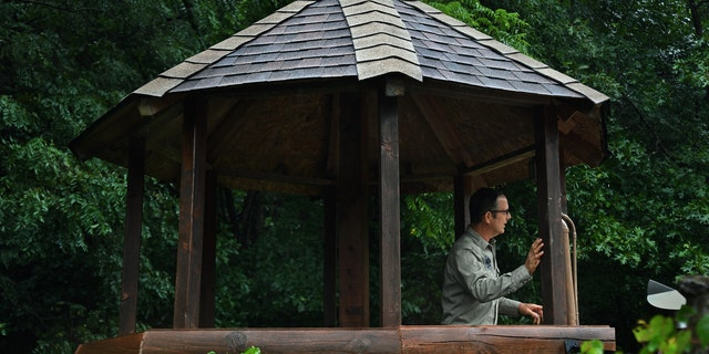 LOST CITY, WV-AUGUST 23: Drew Miller in one of his many guard towers at his West Virginia compound on August 23, 2019. 밀러, a retired Air Force intelligence officer and Harvard-educated writer, has been establishing compounds for the apocalypse. So far about 100 people have joined.  (Photo by Michael S. Williamson/The Washington Post)