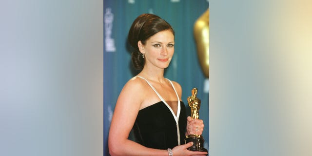 Actress Julia Roberts with her Oscar for Best Actress at the 73rd Annual Academy Awards, held at the Shrine Auditorium in Los Angeles. Julia is wearing a black and white velvet gown designed by Valentino. * 19/08/2003: UK fans have voted Julia Roberts' Oscar-winning role as feisty single parent Erin Brockovich as the best ever movie portrayal of a mother, a new survey revealed today Tuesday 19 August 2003.