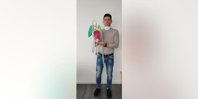 Isinnova CEO Cristian Fracassi holding the innovative CPAP mask.