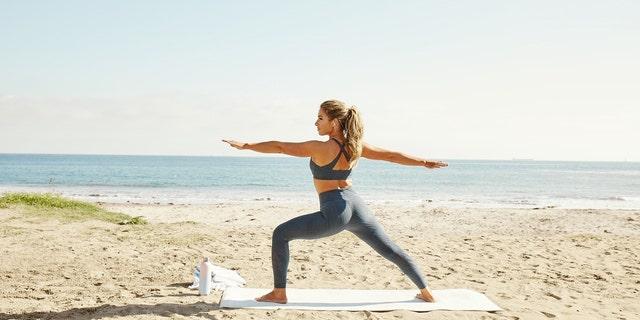 Jessie James Decker tem adicionado yoga para a sua rotina de fitness.
