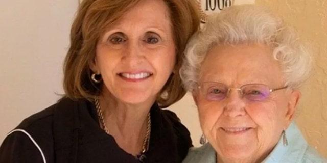 Trudy Cathy White, embajadora de Chick-fil-A, con su madre, Jeannette M. Cathy.