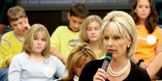 """Bobbie Battista prepares for the airing of """"TalkBack Live"""" in Atlanta, Nov. 1, 2001. (Associated Press)"""