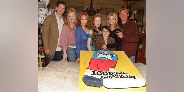 "Steve Howey, Melissa Peterman, Reba McEntire, Joanna Garcia, Mitch Holeman, Scarlett Pomers and Christopher Rich from the cast of ""Reba"" attend a celebration of the show's 100th episode December 12, 2005 in Culver City, California."