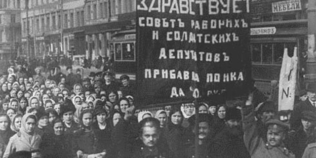 Revolutionaries protesting in February 1917.