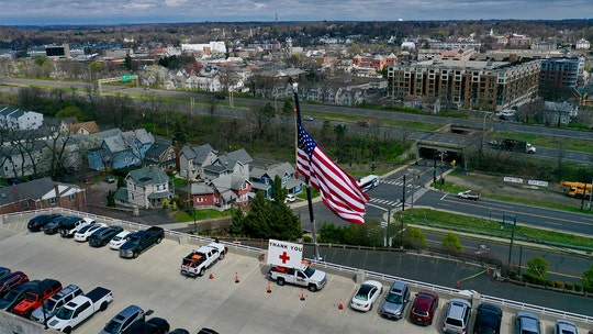 Connecticut tree service hangs giant US flag, 'Thank You' sign at hospitals during coronavirus fight