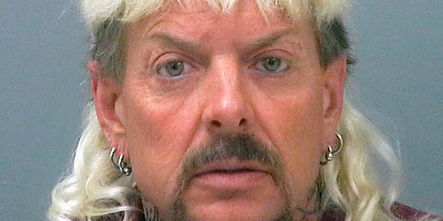 """This file photo provided by the Santa Rosa County Jail in Milton, Fla., shows Joseph Maldonado-Passage, also known as """"Joe Exotic."""" Maldonado-Passage was convicted in an unsuccessful murder-for-hire plot against Carole Baskin, the founder of Big Cat Rescue, who he has repeatedly accused of killing her husband Jack """"Don"""" Lewis. Lewis' unsolved 1997 disappearance and Maldonado-Passage's accusations are the subject of new Netflix series """"Tiger King."""" (Santa Rosa County-gevangenis via AP, lêer)"""
