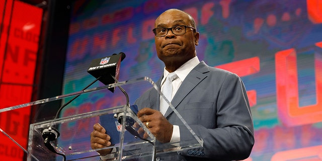 NFL legend Mike Singletary announces the pick for the Chicago Bears during the second round of the NFL Draft on April 27, 2018 at AT&T Stadium in Arlington, TX. (Photo by Andrew Dieb/Icon Sportswire via Getty Images)