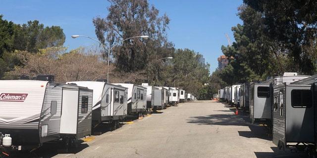 Les remorques du Cheviot Hills Recreation Center à Los Angeles seront utilisées pour loger tous les sans-abri qui tombent malades avec COVID-19. (Andrew O & # 39; Reilly / Fox News)