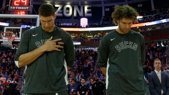 Bucks' Brook and Robin Lopez left out of iPhone-only group chat