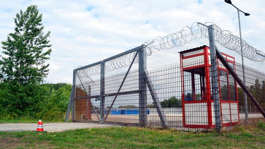 Hungary to close border transit zones, move hundreds of asylum-seekers