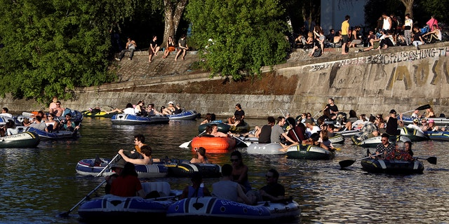 FILE PHOTO: People enjoy sun on boats, on the Landwehrkanal, amid the spread of the coronavirus disease (COVID-19), in Berlin, Germany, May 9, 2020. REUTERS / Christian Mang/File Photo - RC2KLG9G2UGA