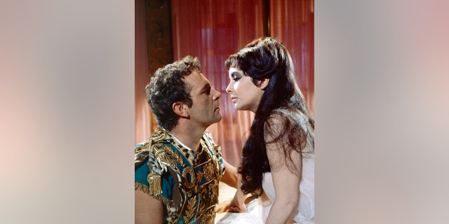 Elizabeth Taylor, in the title role, and Richard Burton (1925 - 1984) as Marc Antony in 'Cleopatra', directed by Joseph L. Mankiewicz, 1963.