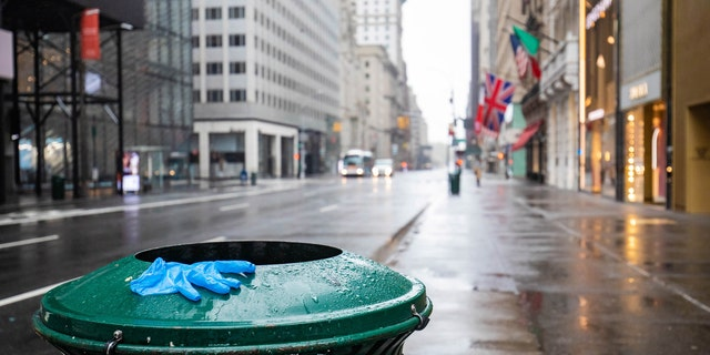 Experts advise caution when touching potentially contaminated surfaces. Ensure appropriate levels of hand hygiene to minimize risk of virus transmission, doctors say. (iStock)