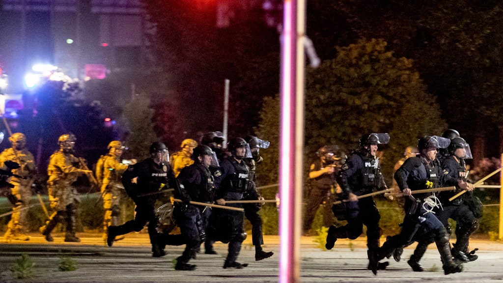 Louisville cops walk out on mayor, claim poor treatment of police