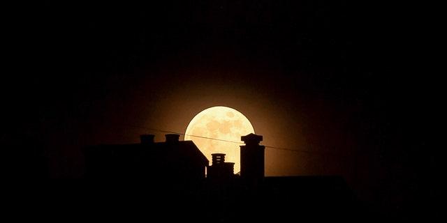 Stunning strawberry moon thrills skywatchers