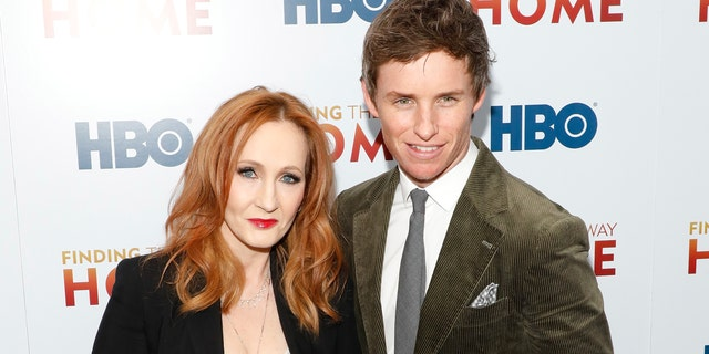 J.K. Rowling (왼쪽) has been defended by Eddie Redmayne after receiving backlash he called 'absolutely disgusting' for her comments on transgender identity and biological sex. (Photo by Taylor Hill/FilmMagic)