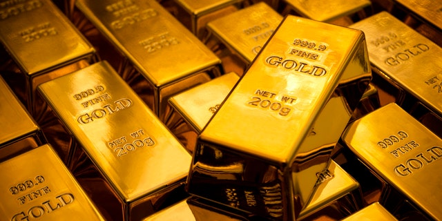 Swiss officials say no one has yet claimed $190,000 worth of gold bars found on a train last year.