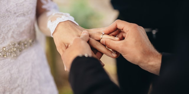 SouthApprehensive686, the Reddit user who planned to have a small wedding in November or December of 2021 doesn't think their event will upstage their sister's August 2021 wedding. (iStock)