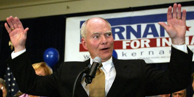 COMPANY - This Tuesday, 2004.  Nov. 2, Photo of the case, Indiana Governor Joe Kernan acknowledges supporters' applause as he confesses Republican rival Mitch Daniels in the race for governor in Indianapolis.  Kernan died at the age of 74.  His governor's chief of staff says Kernan died early Wednesday, 2020.  July 29, at South Bend Health Care Facility.  (AP photo / Michael Conroy, case)