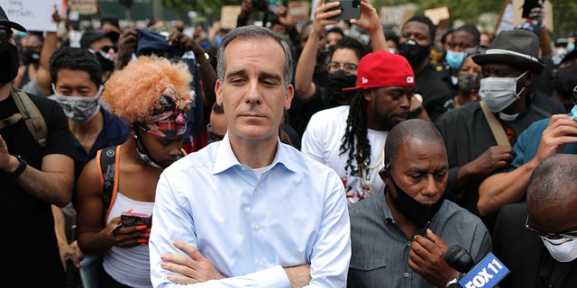 A Los Angeles police officer who was once assigned to Mayor Eric Garcetti's security detail claims in a lawsuit that an aide sexually harassed him for years in the presence of the mayor. (REUTERS/Lucy Nicholson)