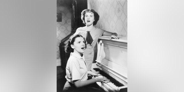 Judy Garland (left) with Deanna Durbin, circa 1936.