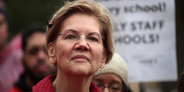 """Democratic presidential candidate Sen.  Elizabeth Warren (D-Mass) visited Oscar Debriest Elementary School in Chicago, Illinois on October 22, 2019 with the striking Chicago teachers.  Warren said he would not support any bipartisan infrastructure bill """"Iron clad"""" Commitment to a major human infrastructure bill.  (Photo by Scott Olson / Getty Images)"""