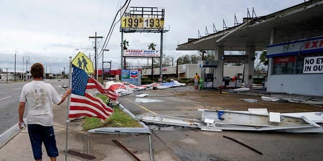 Dustin Amos camina cerca de los escombros en una gasolinera el jueves 27 de agosto de 2020 en Lake Charles, Luisiana, después de que el huracán Laura atravesara el estado.