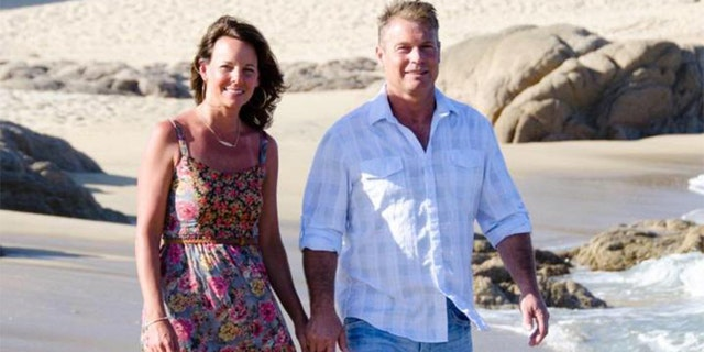 Suzanne and Barry Morphew walking on a beach.