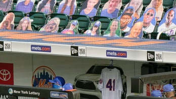 Mets honor Seaver with salute, jersey and dirt-smudged knee