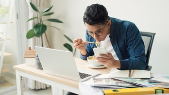 Only 20% of workers prioritize lunch on 'lunch break,' UK survey finds