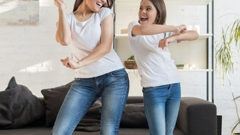 'Identical' mom, daughter baffle TikTok followers with their looks in dance videos