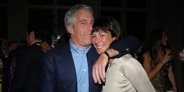 Ghislaine Maxwell (对), the accused madam of Jeffrey Epstein, has been ordered to clean her prison cell. (Photo by Joe Schildhorn/Patrick McMullan via Getty Images)