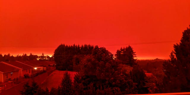 This photo taken from the home of Russ Casler in Salem, 광석., shows the smoke-darkened sky well before sunset at around 5 오후, 화요일, 씨족. 8, 2020. Strong winds and high temperatures continued to fuel catastrophic fires in many parts of Oregon on Wednesday, forcing thousands of people to flee from their homes and making for poor air quality throughout the West. Huge wildfires also continued to grow in neighboring Washington state. (Russ Casler via AP)