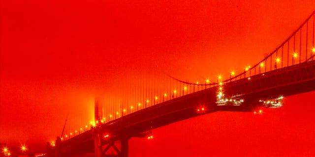 2020年9月9日,星期三,美国旧金山,金门大桥,一场持续的野火造成烟熏橙色雾霾。 (Frederic Larson通过AP)