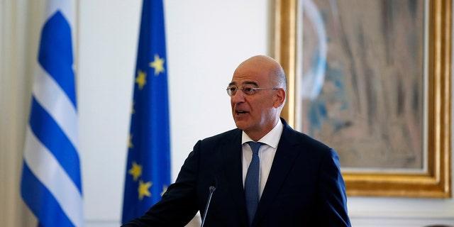 Ο Έλληνας υπουργός Εξωτερικών Νίκος Ντεντιάς δημοσιεύει τη δήλωσή του την Τρίτη 15 Σεπτεμβρίου 2020, μετά από συνάντηση με τον Αιγύπτιο απεσταλμένο του στην Αθήνα, Σάμι Σούκρι.  Μετά από εβδομάδες εντάσεων στην ανατολική Μεσόγειο, η Ελλάδα και η Τουρκία έχουν δείξει την προθυμία τους να ξεκινήσουν διαπραγματεύσεις με στόχο την επίλυση του ζητήματος.  Η μακροπρόθεσμη θαλάσσια διαμάχη συνδέεται με δυνητικά προσοδοφόρες εναποθέσεις θαλάσσιου αερίου.  (Φωτογραφία AP / Θανάσης Σταυρόκης)